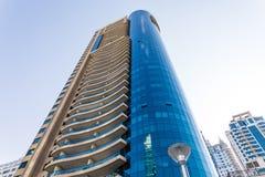 Dubai, Emiratos Árabes Unidos - em outubro de 2018: Arranha-céus no porto de Dubai imagens de stock royalty free