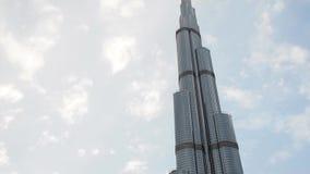 DUBAI, EMIRATOS ÁRABES UNIDOS, O 1º DE MAIO DE 2018: Panorama da construção a mais alta no mundo, Burj Khalifa a partir de baixo vídeos de arquivo