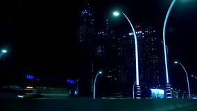 Dubai, Emiratos Árabes Unidos, Uae - 20 de novembro de 2017: a cidade da noite de Dubai, estradas é iluminada por lanternas elétr filme