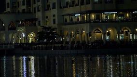 DUBAI, EMIRATOS ÁRABES UNIDOS, UAE - 20 DE NOVEMBRO DE 2017: A fonte da dança, começo da mostra da noite, luzes cintila na água video estoque