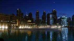DUBAI, EMIRATOS ÁRABES UNIDOS, UAE - 20 DE NOVEMBRO DE 2017: Fontes da dança da noite, córregos bonitos da água, luz e video estoque