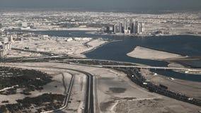 Dubai en el desierto, territorio subdesarrollado de la ciudad almacen de video