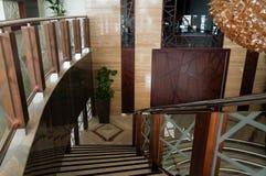 dubai En el verano de 2016 Decoración de mármol interior moderna y brillante en el hotel Ghaya magnífico Fotos de archivo