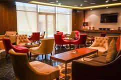 dubai En el verano de 2016 Interior moderno de mármol en colores oscuros, en el hotel del ajman de Fairmont Fotografía de archivo
