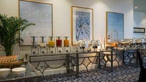 dubai En el verano de 2016 Interior moderno y brillante en el complejo playero magnífico de Habtoor del hotel Imagen de archivo libre de regalías