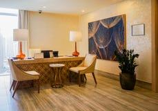 dubai En el verano de 2016 Interior moderno y brillante en el complejo playero magnífico de Habtoor del hotel Fotos de archivo libres de regalías