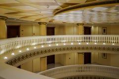 dubai En el verano de 2016 Interior moderno y brillante en el hotel Kempinski la palma, Jumeirah El vestíbulo del hotel Imagen de archivo libre de regalías