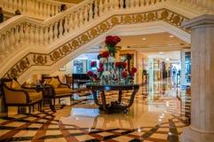 dubai En el verano de 2016 Interior moderno y brillante en el hotel Kempinski la palma, Jumeirah El vestíbulo del hotel Fotografía de archivo