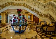 dubai En el verano de 2016 Interior moderno y brillante en el hotel Kempinski la palma, Jumeirah El vestíbulo del hotel Foto de archivo libre de regalías