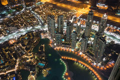 Dubai en la noche cerca de Khalifa Tower Foto de archivo