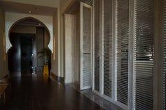 dubai Estate 2016 Interior design con l'arco e le porte di legno nell'hotel Ajman Saray immagini stock libere da diritti