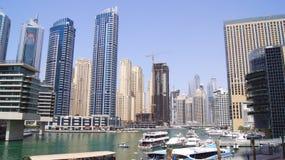 DUBAI FÖRENADE ARABEMIRATEN - APRIL 2nd, 2014: Sikt på Dubai marinaskyskrapor och den mest lyxiga superyachtmarina Fotografering för Bildbyråer