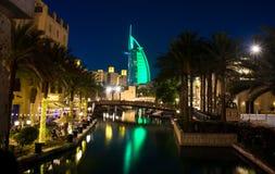 Dubai Förenade Arabemiraten - April 20, 2018: Sikt Burj Al Arab för lyxigt hotell från Madinat Jumeirah den lyxiga semesterorten  Royaltyfri Foto