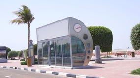 DUBAI FÖRENADE ARABEMIRATEN - APRIL 1st, 2014: En betingad hållplats för luft med en palmträd i bakgrunden Royaltyfri Bild