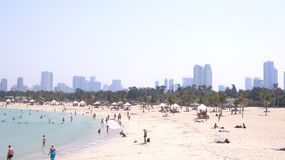 DUBAI FÖRENADE ARABEMIRATEN - APRIL 1st, 2014: Panoramautsikt på den trevliga Al Mamzar stranden, berömd turist- destination med Arkivfoton