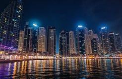 Dubai Förenade Arabemiraten - December 26, 2017: cityscape av det Dubai marinaområdet på natten Byggnader med lampor royaltyfri fotografi