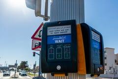 Dubai Förenade Arabemiraten - December 12, 2018: den moderna knappen för gångare på genomskärningen med orden väntar arkivbilder