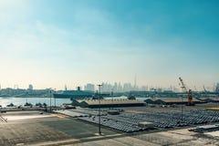 Dubai Förenade Arabemiraten - December 12, 2018: Havslastport, panoramautsikt från en kryssningeyeliner fotografering för bildbyråer