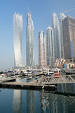DUBAI FÖRENADE ARABEMIRATEN - DECEMBER 7, 2016: Moderna byggnader i den Dubai marina, Dubai, Förenade Arabemiraten Royaltyfri Foto