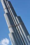DUBAI FÖRENADE ARABEMIRATEN - DECEMBER 10, 2016: Närbildsikt av det Burj Khalifa tornet, den mest högväxta konstgjorda strukturen Royaltyfri Fotografi