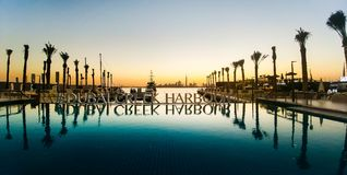 Dubai Förenade Arabemiraten - December 13, 2017: Platsen för solnedgången för den Dubai Creek hamnen reflekterade den romantiska  Royaltyfri Fotografi