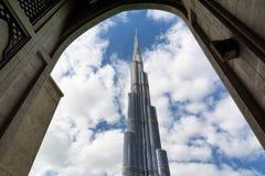 DUBAI FÖRENADE ARABEMIRATEN - DECEMBER 10, 2016: Sikt av det Burj Khalifa tornet, den mest högväxta konstgjorda strukturen i värl Arkivfoto