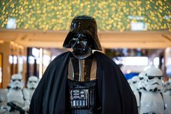 Dubai Förenade Arabemiraten - December 11, 2018: Teckenet Darth Vader för stjärnakrig visade i den Dubai gallerian arkivfoton