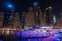 Dubai Förenade Arabemiraten - December 26, 2017: yachtklubba i Dubai marinaområde på natten Yachtfartyg på horisont royaltyfria bilder