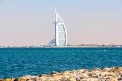 Dubai Förenade Arabemiraten - 04/04/2019 - fantastisk sikt av Burj Al Arab, hotell för sju stjärna, en sikt från den Jumeirah str arkivbild