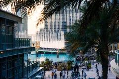 DUBAI FÖRENADE ARABEMIRATEN - FEBRUARI 5, 2018: Folkmassan samlar ar Fotografering för Bildbyråer