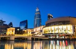 DUBAI FÖRENADE ARABEMIRATEN - FEBRUARI 5, 2018: Reflekterade modern arkitektur för den Dubai gallerian i springbrunnen på den blå Royaltyfri Foto