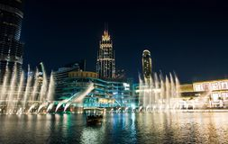 DUBAI FÖRENADE ARABEMIRATEN - FEBRUARI 5, 2018: Dubai springbrunn s Arkivbild