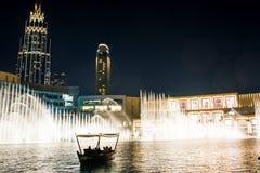 DUBAI FÖRENADE ARABEMIRATEN - FEBRUARI 5, 2018: Dubai springbrunn s Royaltyfria Bilder