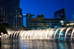 DUBAI FÖRENADE ARABEMIRATEN - FEBRUARI 5, 2018: Dubai springbrunn s Arkivbilder