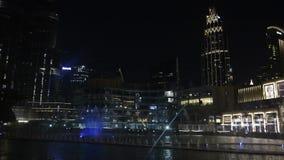 Dubai Förenade Arabemiraten - Februari 5, 2018: Dubai springbrunnshow på natten med högt resningvatten arkivfilmer