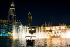 DUBAI FÖRENADE ARABEMIRATEN - FEBRUARI 5, 2018: Dubai springbrunnshow på natten som tilldrar många turisten varje dag Dubaien Fou Royaltyfria Bilder