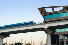 DUBAI FÖRENADE ARABEMIRATEN - FEBRUARI 5, 2018: Dubai tunnelbanatrai Royaltyfria Bilder