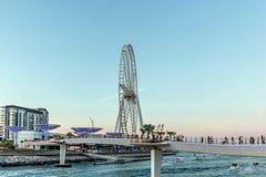 Dubai Förenade Arabemiraten - mars 20, 2019: Bluewaters ö med enorma metalliska champinjoner struktur och för pariserhjul calle o fotografering för bildbyråer