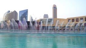 DUBAI FÖRENADE ARABEMIRATEN - MARS 31st, 2014: Den Dubai springbrunnen är den mest högväxta utförande springbrunnen för världs` s Royaltyfri Foto