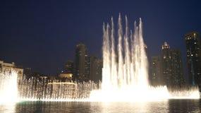 DUBAI FÖRENADE ARABEMIRATEN - MARS 31st, 2014: Den Dubai springbrunnen är den mest högväxta utförande springbrunnen för världs` s Royaltyfri Fotografi