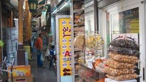 DUBAI FÖRENADE ARABEMIRATEN - MARS 31st, 2014: Färgrika kryddor på den traditionella arabiska souken marknadsför i Deira Arkivfoton