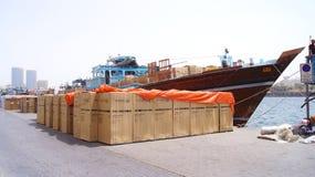 DUBAI FÖRENADE ARABEMIRATEN - MARS 31st, 2014: traditionella arabiska lastfartyg på Dubai Creek port som lastar av frakter Royaltyfri Foto