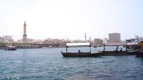 DUBAI FÖRENADE ARABEMIRATEN - MARS 31st, 2014: Traditionella träfartyg på Dubai Creek som en färja Royaltyfria Foton