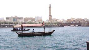 DUBAI FÖRENADE ARABEMIRATEN - MARS 31st, 2014: Traditionella träfartyg på Dubai Creek som en färja Arkivbild