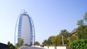 DUBAI FÖRENADE ARABEMIRATEN - MARS 30th, 2014: Burj Al Arab är ett stjärnahotell för lyx som 7 klassificeras som ett av mest Fotografering för Bildbyråer