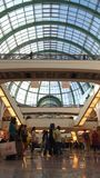 DUBAI FÖRENADE ARABEMIRATEN - MARS 30th, 2014: Shoppare på gallerian av emiraterna i Dubai Gallerian av emiraterna är a Arkivfoton