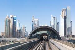 Dubai F?renade Arabemiraten - mars 10th 2019: Dubai tunnelbana En sikt av staden fr?n mars 10th 2019 f?r g?ngtunnelbil arkivfoto