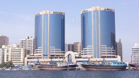 DUBAI FÖRENADE ARABEMIRATEN - MARS 30th, 2014: Tvillingbröderna av Dubai Creek i Dubai, UAE Också bekant som Rolex torn Royaltyfri Fotografi