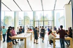 DUBAI FÖRENADE ARABEMIRATEN - OKTOBER 13, 2017: Apple lager i D Fotografering för Bildbyråer