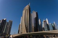 Dubai Förenade Arabemiraten - Oktober, 2018: Skyskrapor i den Dubai marina royaltyfri foto